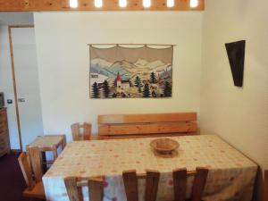 A restaurant or other place to eat at Holiday home Residence Saulire