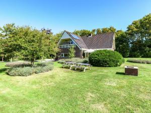 Een tuin van Beautiful Villa in Koudekerke Zealand with Garden