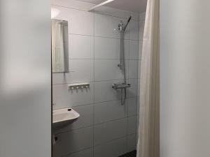A bathroom at Vestby Hotell & Gjestegaard