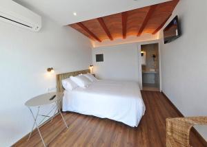 Una habitación en Arrels Hotel Cadaques - Adults Only
