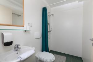 A bathroom at Hotel Drangshlid