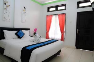A bed or beds in a room at Pondok DenAyu Homestay