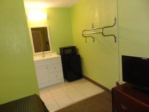 A bathroom at Westbrook Motel
