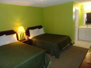 A bed or beds in a room at Westbrook Motel