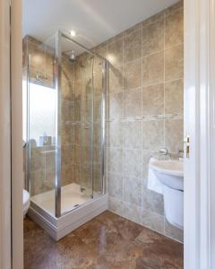 A bathroom at Lavender Lodge