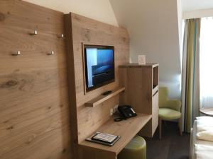 Een TV en/of entertainmentcenter bij Villa Benz Hotel garni