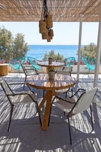 Un patio o zona al aire libre en Kamari Beach Hotel