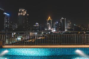 المسبح في أجنحة أدلفي بانكوك أو بالجوار