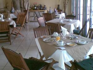 A restaurant or other place to eat at Kinwica Resort