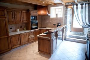 Cuisine ou kitchenette dans l'établissement Les Portes De L'Aubrac