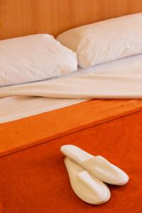 A bed or beds in a room at Posadas de España Malaga