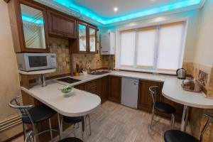 A kitchen or kitchenette at Modern apartment on Akademika Sakharova 27a