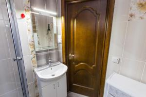 A bathroom at Modern apartment on Akademika Sakharova 27a