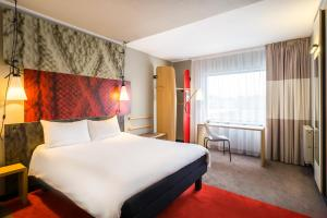 A bed or beds in a room at ibis Birmingham Bordesley