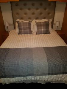 A bed or beds in a room at Cohannon Inn