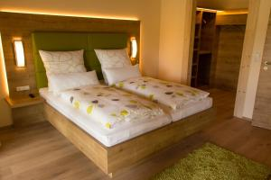 Ein Bett oder Betten in einem Zimmer der Unterkunft Der Heindlhof