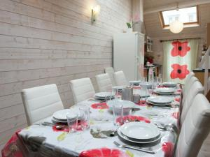 A restaurant or other place to eat at Beautiful Apartment in Spa Belgium with Jacuzzi