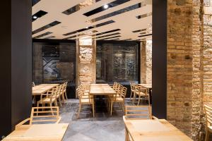 A restaurant or other place to eat at Barcelona House