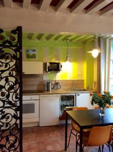 A kitchen or kitchenette at Appartement Le Notre Dame