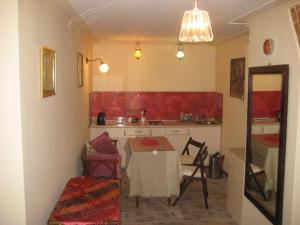 A kitchen or kitchenette at Art Apartment