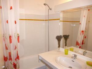 A bathroom at Apartment Village Marin-10