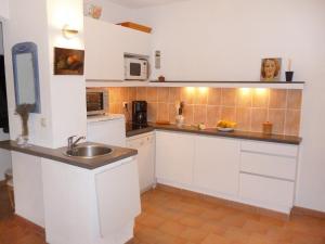 A kitchen or kitchenette at Apartment Village Marin-10