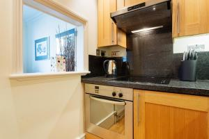 A kitchen or kitchenette at Veeve - 1 Bedroom Apartment in the West End - Marylebone