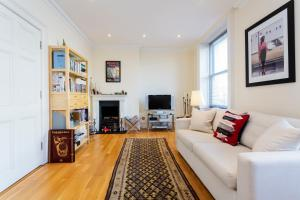 A seating area at Veeve - 1 Bedroom Apartment in the West End - Marylebone