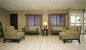 A seating area at Baymont by Wyndham Dale