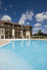 The swimming pool at or near Residence du Golf - maeva Home