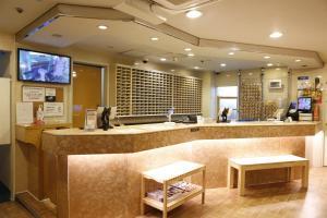 Area lobi atau resepsionis di Shinjuku Kuyakusho-mae Capsule Hotel