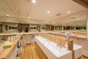 Ein Restaurant oder anderes Speiselokal in der Unterkunft Shinjuku Kuyakusho-mae Capsule Hotel