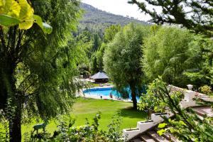 Vista de la piscina de Hotel Rural Noguera de la Sierpe o alrededores