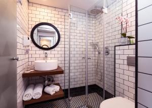 Een badkamer bij Prima Tel Aviv Hotel