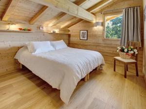 A bed or beds in a room at Chalet Le Charmieux - OVO Network