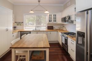 A kitchen or kitchenette at Sea La Vie