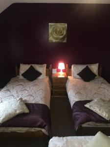 A bed or beds in a room at The Duke of Edinburgh Inn