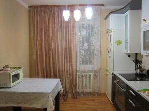 Кухня или мини-кухня в Апартаменты на Ленинградской 43