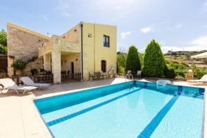 The swimming pool at or close to Villa Satra