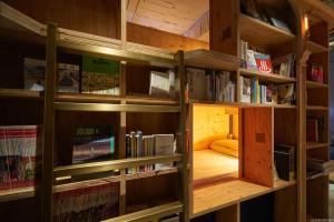 Biblioteca nell'ostello