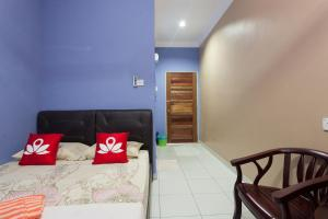 A bed or beds in a room at ZEN Rooms Kedawang