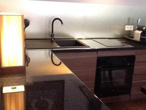 A kitchen or kitchenette at le 17