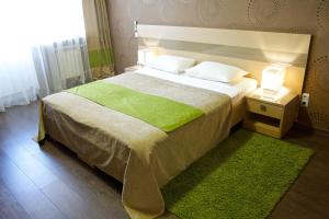 Кровать или кровати в номере Green Park Калуга