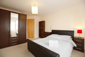 A bed or beds in a room at Leamington Spa Apartments