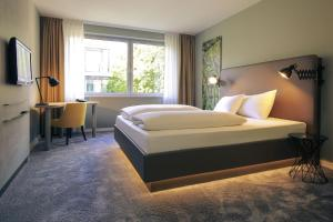 A bed or beds in a room at Mercure Hotel Plaza Essen