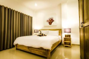 A bed or beds in a room at Blue Marlin Trawangan