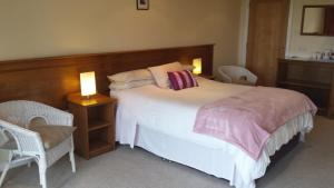 A bed or beds in a room at Lakeland Midsummer Lakehouse