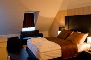 A bed or beds in a room at Hotel De Boskar