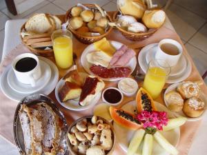 Opções de café da manhã disponíveis para hóspedes em Pousada Aguia Dourada