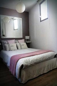 A bed or beds in a room at Appartement Saint-Sauveur